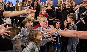 """Jubelnde Kinder bei der Preisverleihung """"Verein(t) für gute Kita und Schule"""""""