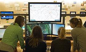 Mädchen vor Bildschirmen im Heinz Nixdorf MuseumsForum