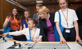 Bundesjugendministerin Giffey mit mehreren Schülerinnen beim Girls'Day