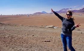 Suzanna Randall in Steppenlandschaft in Chile, wo sie für das ALMA-Teleskop-Projekt arbeitet