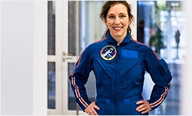 Suzanna Randall in Astronautin-Uniform