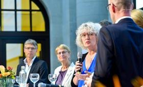 Sabine Schwarz antwortet auf eine Frage des Moderators. Im Hintergrund Jens Krabel und Dr. Hannelore Faulstich-Wieland