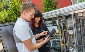 Auszubildender und Auszubildene der IT-Systemtechnik