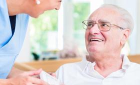 Altenpflegerin mit Senior