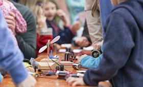 """Klischeefrei begrüßt mit dem """"Haus der kleinen Forscher"""" die 125. Partnerorganisation"""