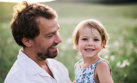 Junger Vater mit Kind