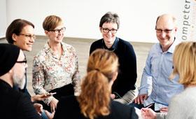 Besprechung im Kreis: Geschäftsführerinnen Mellies und Struwe mit Team
