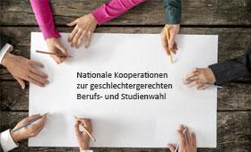 """Hände mit einem Stift in der Hand über einem weißen Blatt Papier mit der Aufschrift """"Nationale Kooperationen zur geschlechtergerechten Berufs- und Studienwahl"""""""